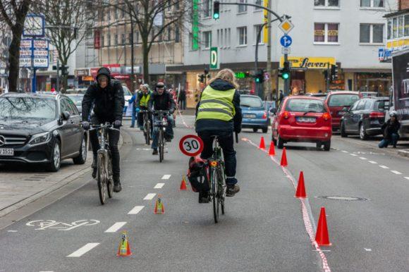 Fahrradfahrer haben am vergangenen Samstagmittag  für breitere Radwege demonstriert und die Osterstraße vorübergehend zur Einbahnstraße gemacht.