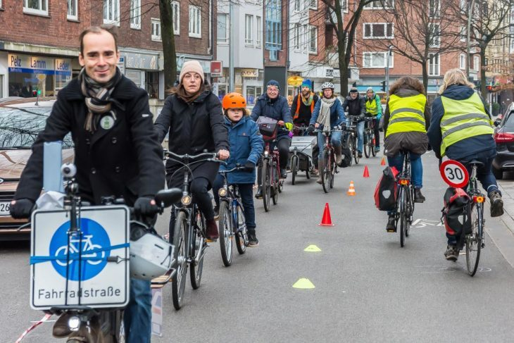 """Rund 30 Demonstrationsteilnehmer waren dem Aufruf der Initiative """"Kurs Fahrradstadt"""" gefolgt."""